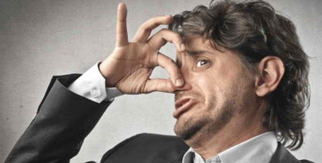 В чем причина неприятного запаха изо рта и как решить проблему?
