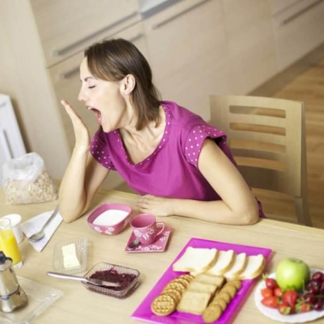 Почему после еды хочется спать и можно ли это делать?